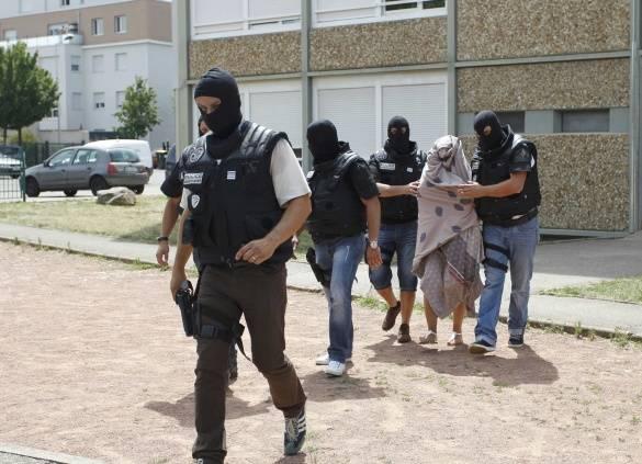 Reuters: Полиция выводит женщину из атакованной фабрики во Франции