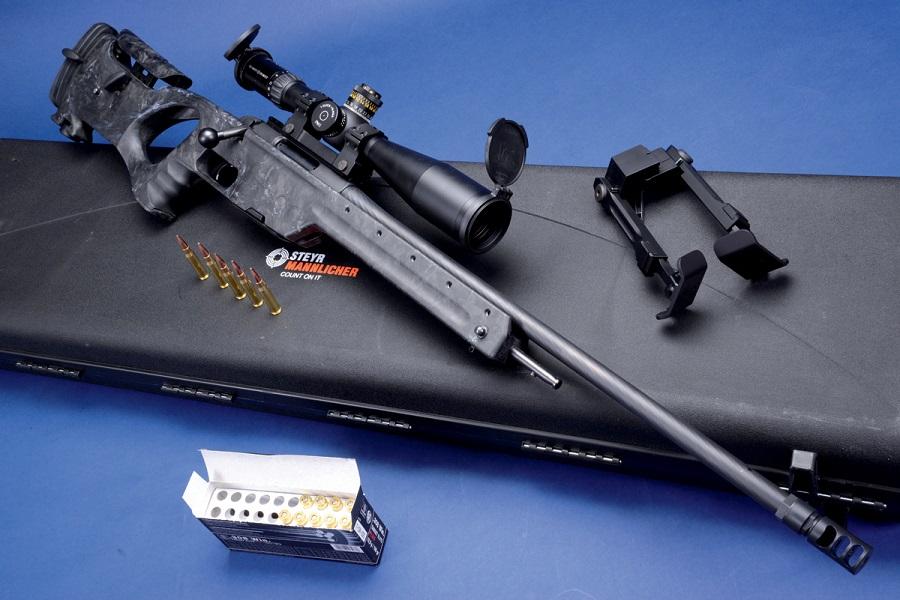 Entgegen dem Trend: Das brandneue Steyr-Scharfschützengewehr SSG Carbon mit prägnantem, Karbon verstärktem Daumenloch-Kunststoffschaft und 60-cm-Lauf mit Drei-Kammer-Mündungsbremse im Standardkaliber .308 Winchester. Angeboten werden auch .243 Winchester, .300 Winchester Magnum und .338 Lapua Magnum.