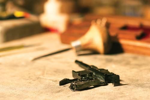 Миниатюрный маузер Классический немецкий маузер C-96 был разработан в 1896 году и получил широкое распространение. Официально он никогда не состоял на вооружении крупных подразделений — только отдельных частей, но зато был очень популярен в качестве гражданского и офицерского оружия, поскольку был достаточно компактным при высокой мощности и точности действенного огня. Работа Сергея Горбунова и Андрея Максимова
